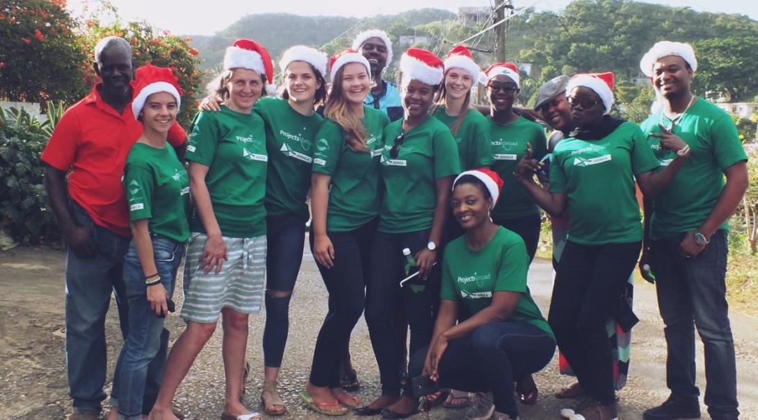 クリスマスを祝うボランティアたち